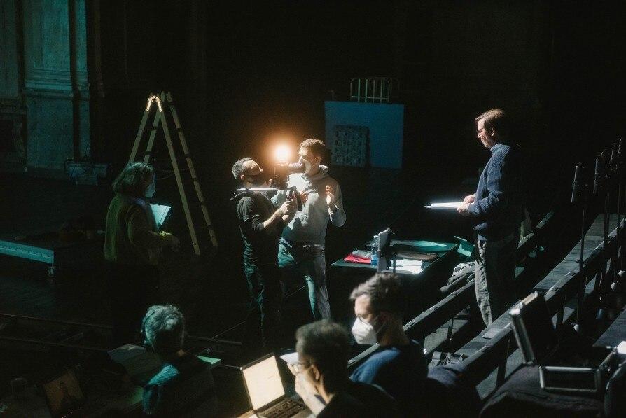 Michael Maertens als Mensch-Maschine im leeren Theater