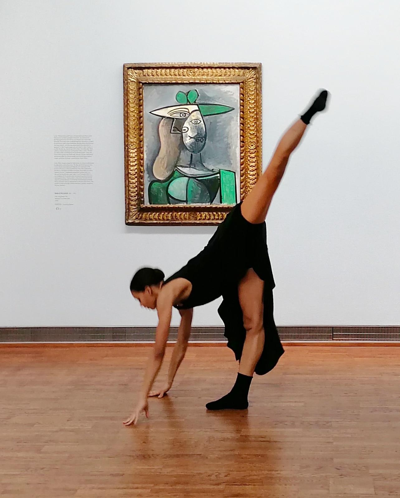 Rebecca Horner interpretiert Picasso in der leeren Albertina